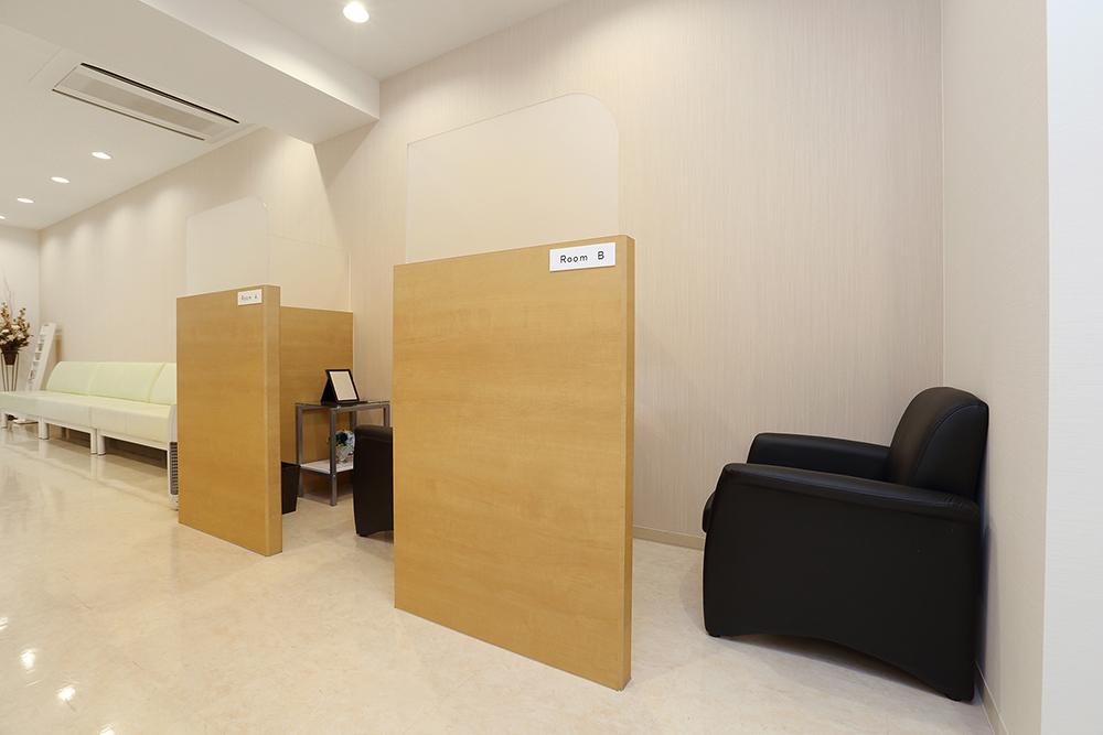 通常の待合室から離れた廊下沿いにある半個室